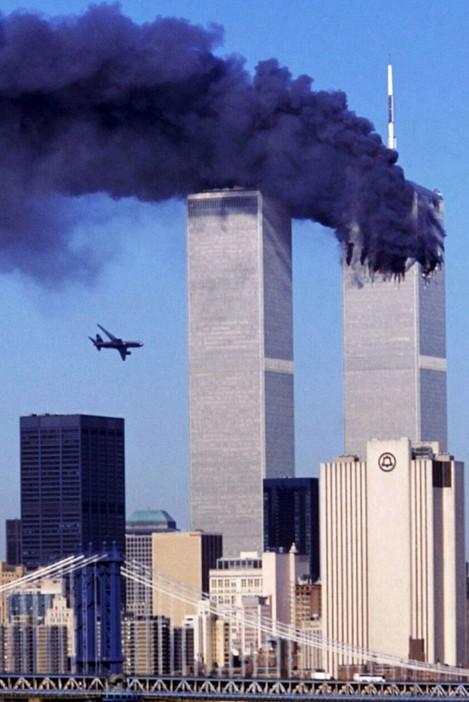 Рейс 11 American Airlines врезается в башню близнец